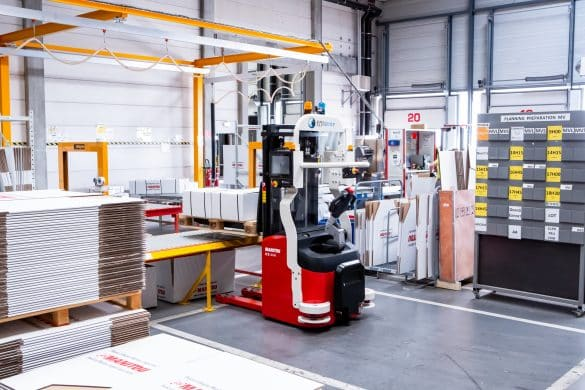 stacker drops boxes on conveyors